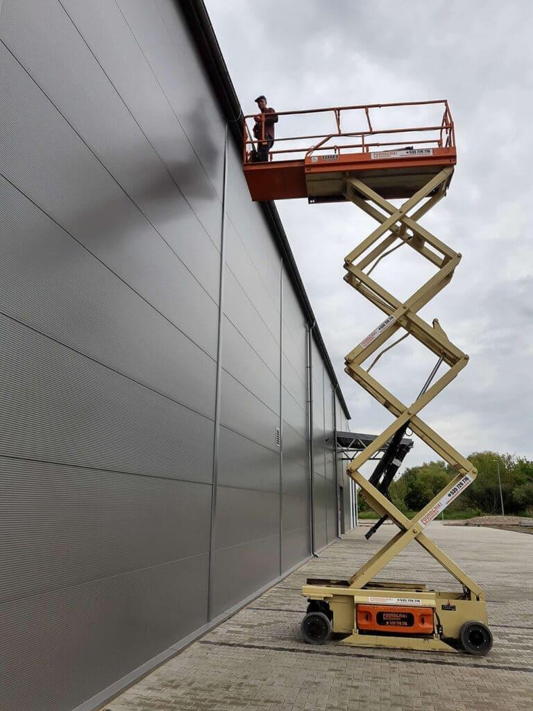 Prace przy montażu instalacji odgromowej hali